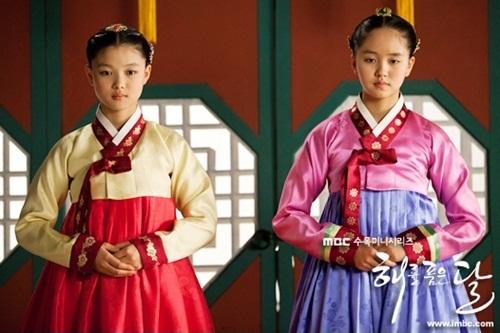 演员丁一宇在《拥抱太阳的月亮》儿童明星金佑贞与金素贤中选择了金