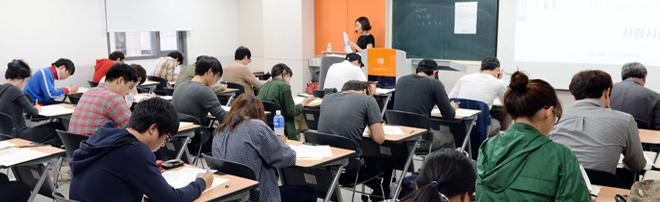 서울 동국대에서 실시된 매경TEST 학점은행제 특별시험에서 응시자들이 진지한 표정으로 문제를 풀고 있다.