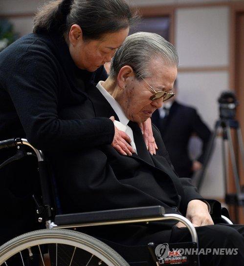 64년 그림자 내조…낡은 결혼반지 품고 떠난 아내