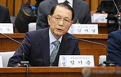 """김기춘 """"머리손질 등<br> 사사로운 생활은 몰라"""""""