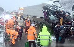 눈 폭탄에 `4중 추돌`<br> 서해안 고속도로 마비