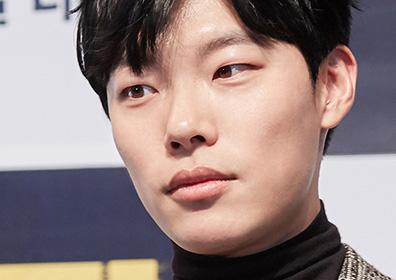 '더 킹' 류준열, 100만돌파 기념 홍보 현장 비하인드..