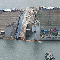 반잠수식 선박으로 이동 준비 中