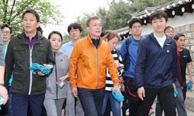 文대통령, 취임후 첫 주말 `대선 마크맨`과 북한산 산행