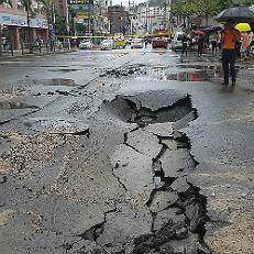 폭우로 폭삭 내려앉은 도로