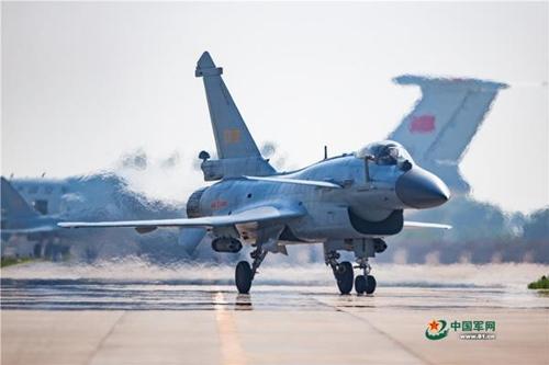 中 공군 최신형 젠-10B 전투기 군사경연 첫 참가