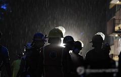 강진 덮쳐 21명 사망 <br>밤새 필사의 구조작업