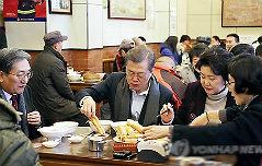 文대통령, 베이징 <br>서민식당 깜짝 방문