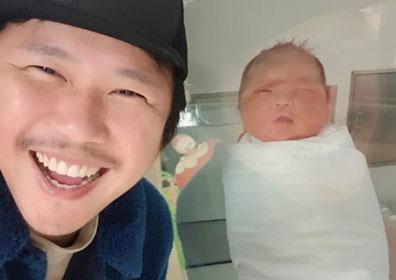 """육중완, 결혼 2년 만 득녀 """"저 아빠 됐어요…기뻐서 웃음만"""""""