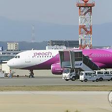 후쿠오카 착륙후 펑크난 여객기