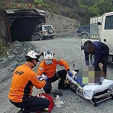 이송되는 정선 매몰사고 부상자