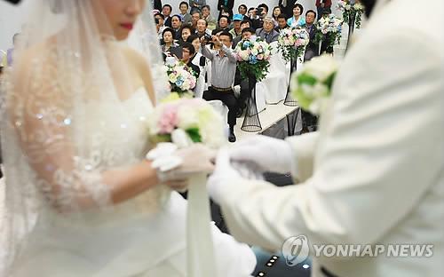"""[정책] 국제결혼 부부 이혼 6년새 38% 감소…법무부 """"국제결혼 안내 프로그램 효과"""""""