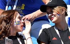양쪽 볼에 사이좋게 스웨덴-한국 국기