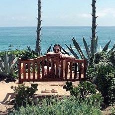 송혜교, 그림같은 해변서