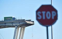 다리 붕괴 직전에<br> 멈춘 `운좋은` 트럭
