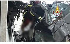 伊교량붕괴 속 생존자<br> 20m 상공서 구조