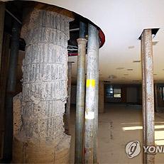 철골 드러낸 대종빌딩 중앙기둥