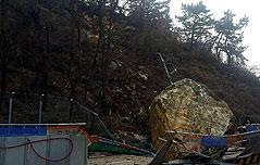 복구작업 중 굴러떨어진 거대한 수십t 바위
