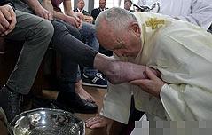 교황 부활절 앞두고 재소자들과 세족식