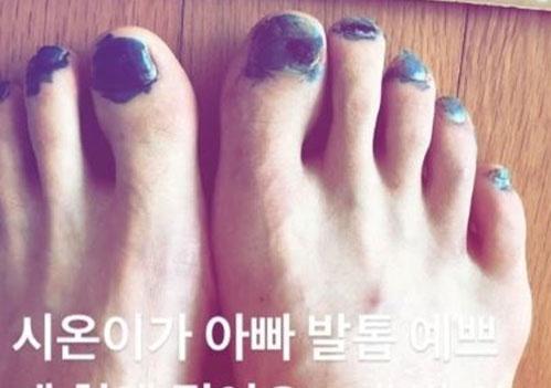 """기성용, 딸 시온에 페디큐어 받아 """"아빠 발톱 예쁘게 .."""