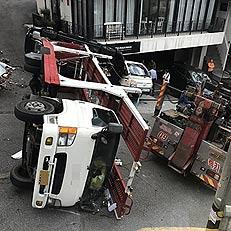 오르막길서 사고난 차량 수송차