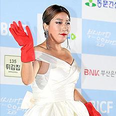 김영희, 강렬한 고무장갑 패션