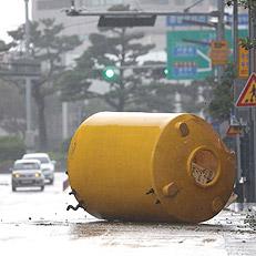 대형 물탱크 날려버린 태풍 타파