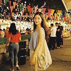 정채연, 방콕 야시장 밝힌 미모