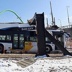 높이 제한 구조물에 낀 시내버스