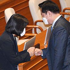 윤미향, 21대 국회 본회의 참석