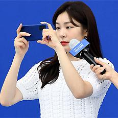 김연아, 최신 폰으로 촬영 중