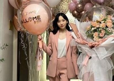 태연, 핑크색 슈트까지 찰떡…이기적 미모+비율의 여신..