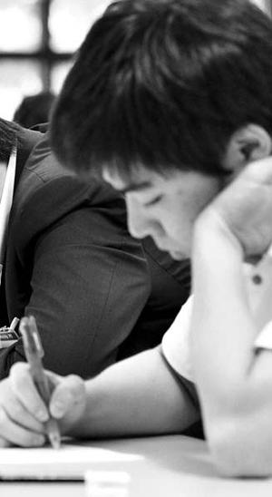 최근 국내 D증권사가 사원들을 대상으로 시행한 매경테스트 특별시험에서 응시자들이 열심히 문제를 풀고 있다.