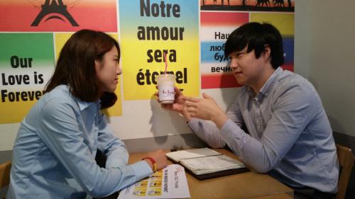 사진설명외대생들이 만든 세계음료 전문점인 베브릿지의 운영진들이 음료 맛에 대한 회의를 하고 있다. <박창영 기자>