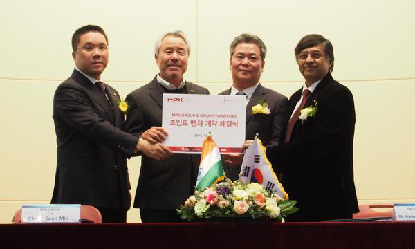 MPK Group Chairman Jung Woo-hyun (second from left) and Caf? Buddy's Chairman P.K. Gupta (on right) pose for a picture with other officials after signing a joint venture agreement at the Korea Trade-Investment Promotion Agency (KOTRA) building in southern Seoul Tuesday.