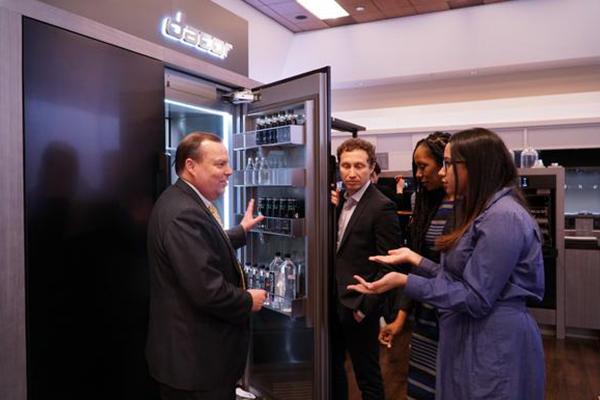 David Nichols, vice president of products at Dacor, is showing a new built-in refrigerator model at The Kitchen & Bath Industry Show 2017 in Florida, the U.S. on Tuesday (local time). <Photo provided by Samsung Electronics Co.>