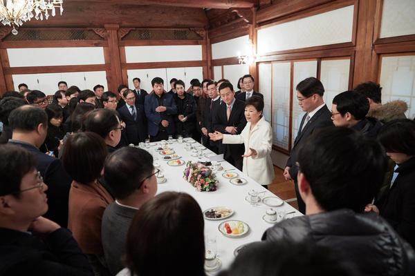 President Park Geun-hye speaks to reporters at Cheong Wa Dae in Seoul on the first day of New Year. [Photo by Cheong Wa Dae]
