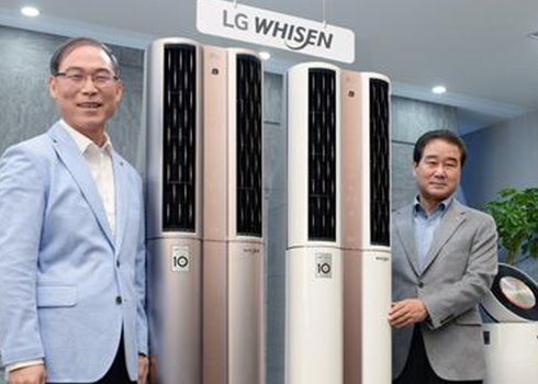 Song Dae-hyun, president of Home Appliance & Air Solution at LG Electronics (left), and Choi Sang-gyu, the head of the company's Korean marketing division, introduce the Dual Whisen air conditioner equipped with the company's AI technology Deep ThinQ at the company headquarters in western Seoul [Photo by Kim Ho-young]