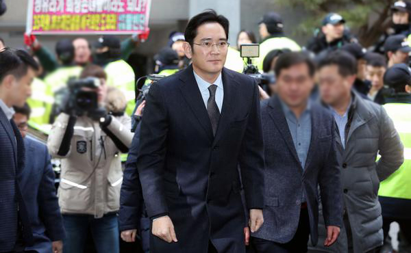Samsung's billionaire heir tries to avert arrest in court