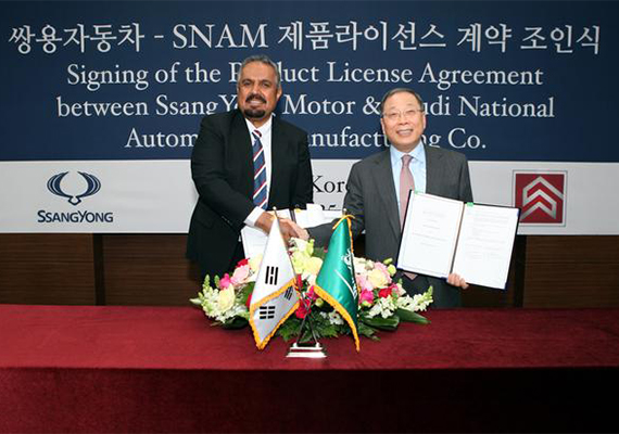 SNAM CEO Dr. Fahd S. Al-Dohish and Ssangyong Motor CEO Choi Johng-sik shake hands after signing a product licensing agreement in Seoul Friday. [Photo: Ssangyong Motor Co.]