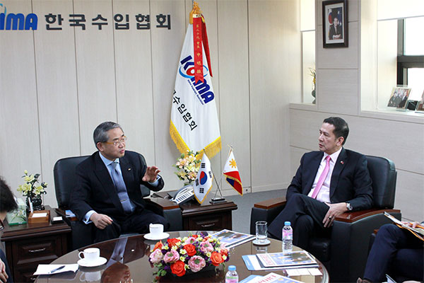 KOIMA Chairman Shin Myoung-jin and Philippine Ambassador to Korea Raul S. Hernandez discuss ways to expand bilateral trade. [photo by KOIMA]