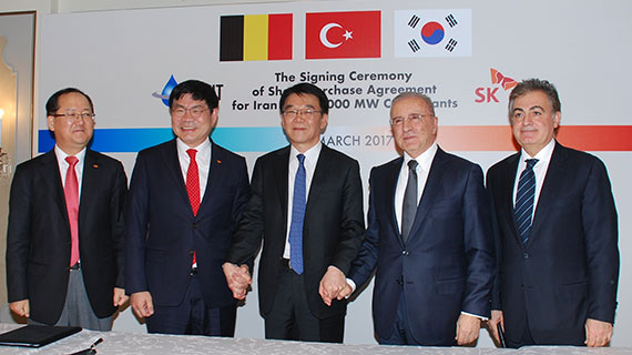 [SK E&C President Ahn Jae-hyun (second from the left), South Korean Minister of Land, Infrastructure, Transport Kang Ho-in (in the center) and Unit International Founder and Chairman Unal Aysal (second from the right) are posing for a photo after the signing ceremony of share purchase agreement for Iran power plants development project (Photo provided by SK E&C)]
