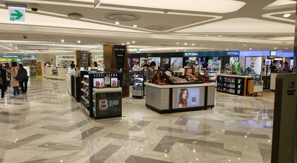 Lotte Duty Free shop in Seoul on Sunday stayed very quiet without Chinese group tourists. [By Kim Yoo-tae]