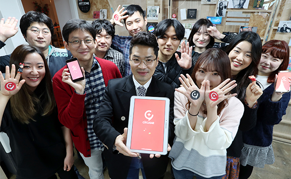 Circus Company CEO Park Sun-wook and his employees pose for a photo. [photo by Han Joo-hyung]