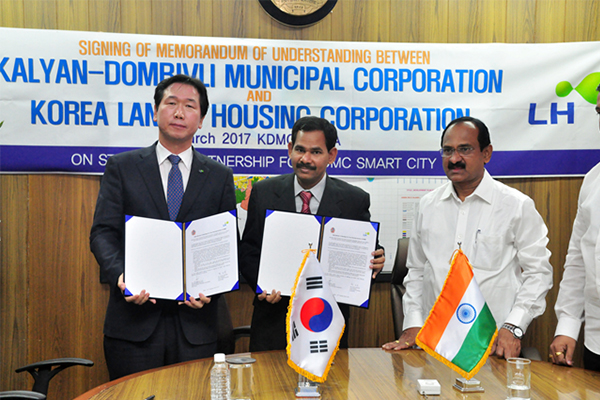 Hyun Do-kwan, executive director of South Korea's Land and Housing Corporation, far left, and E. Ravendiran, municipal commissioner of Kalyan Dombivli Municipal Corporation, second from left, pose for a photo after signing a memorandum of understanding on a strategic partnership to build a smart city on March 21 at the municipal's office in the Indian state of Maharashtra. [Photo by LH Corp.] <br><br>