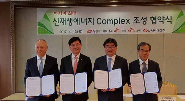 Company presidents pose after signing an MOU on building Asia's largest renewable energy complex in Dangjin, South Chungcheong. From left are Ham Yoon-song of SK D&D, Lee Jae-hoon of SK Gas, Kim Yong-jin of Korea East-West Power, and Jung Jin-chul of Dangjin Eco Power. [Photo by Dangjin Eco Power Corp.]