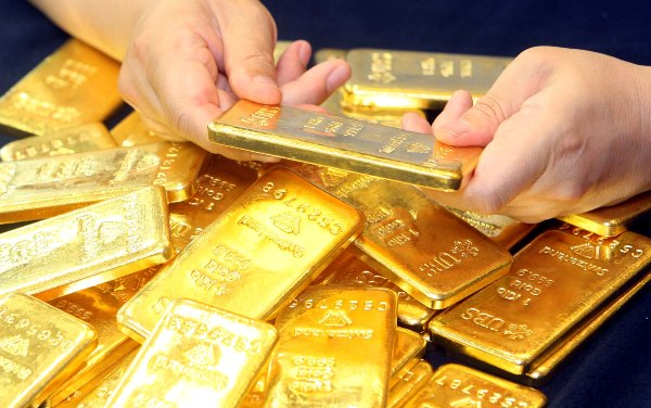 Gold futures settle higher amid dollar wobble