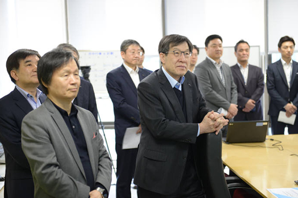 Posco Chairman Kwon Oh-joon (center) on Friday is briefed on the smart city project in Kuwait at Posco ICT`s headquarters in Pangyo, Gyeonggi Province.