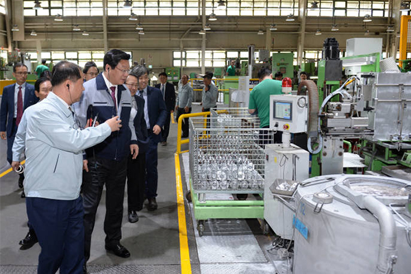 Trade, Industry and Energy Minister Joo Hyung-hwan looks around at production and cast automation lines at Dong Yang Piston Co. in Sihwa Industrial Complex of Banwon, Gyeonggi Province, where a model smart factory is being built. (Photo by the Ministry of Trade, Industry and Energy)
