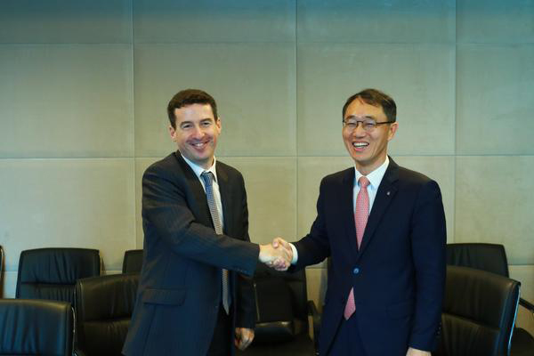 Shinhan Bank Vietnam's general director Shin Dong-min (right) poses for a photo with ANZ Vietnam Bank's chief executive officer Dennis Hussey after signing a deal to acquire ANZ's retail business in Vietnam. [photo by Shinhan Bank]